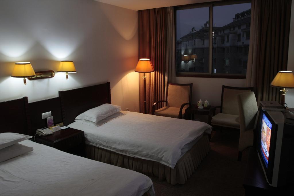 住,娱为一体的现代多功能宾馆,地处浙西黄金旅游,位于杭州和千岛湖