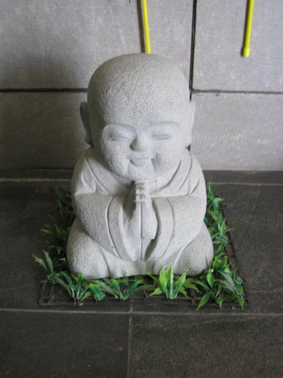 十年旅行中的小孩雕像